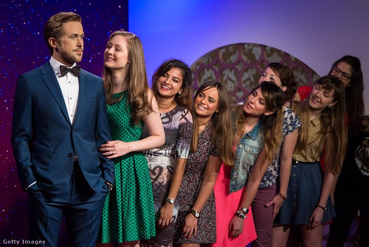 Ryan Gosling és rajongói a londoni Madame Tussauds múzeumban.