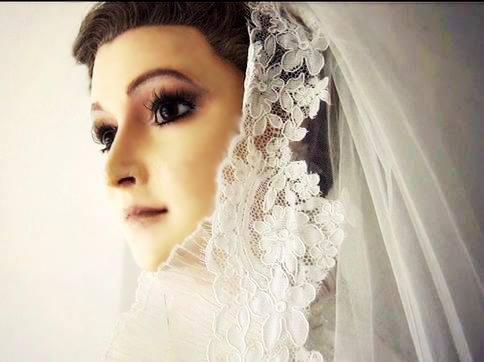 Nehéz eldönteni, hogy ez most a próbababa Esparza vagy az esküvői fotója.