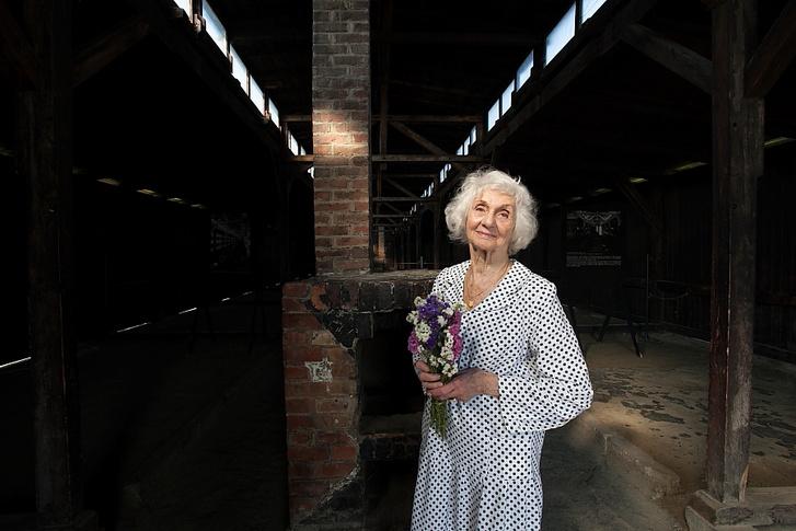Fahidi Éva Birkenauban egy csokor ott felejtett sóvirággal