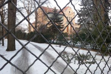 A gyönyörű Dióssy-villa Haidekker-kerítésen át nézve