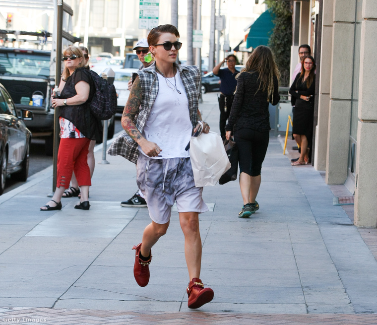 Ezen kívül, ami nagyon fontos, hogy hajlamos úgy felöltözni, mint Justin Bieber, ebből viszont egyáltalán nem csinál problémát