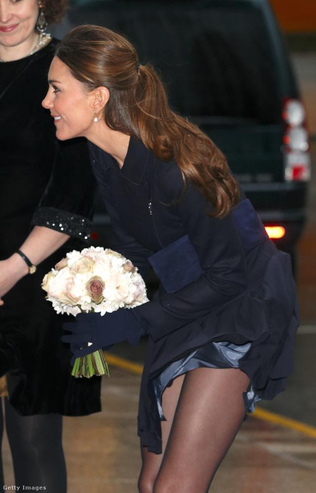 A brit királyi családban a hagyományok alapján nem szokás térd fölé érő szoknyát hordani