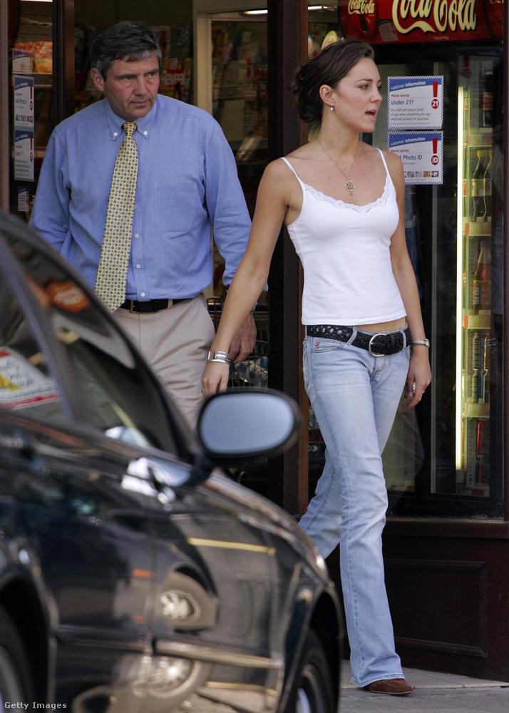 Ez pedig egy még korábbi kép, amin Middleton az édesapjával, Michaellel látható