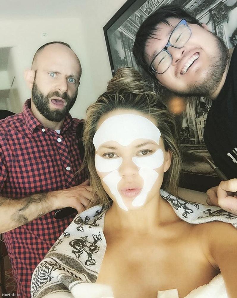 Chrissy Teigen pedig így mutat, amikor masszív arcpakolással óvja szépségét.