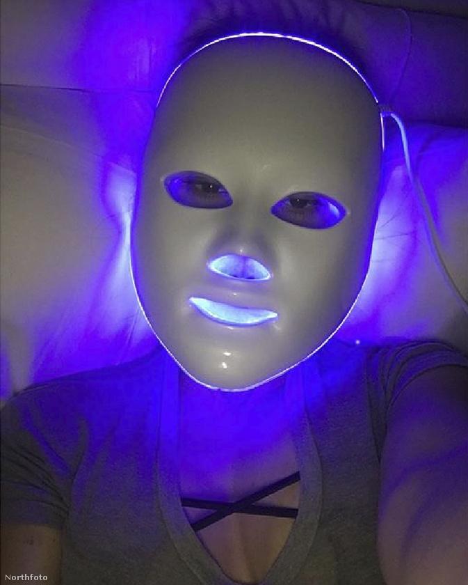 És ő ki lehet?                          A maszk mögött nem más van, mint Kourtney Kardashian, akit azért nem az arca miatt szokott emlegetni a média.