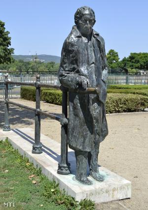 Lukács György filozófus szobra a fõváros XIII. kerületében a Szent István parkban