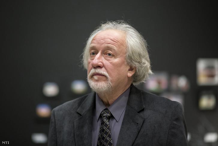 Stefanovits Péter grafikusművész Szívzörej című tárlatán a Jutalomjáték című hármas kiállítás sajtóbemutatóján a Műcsarnokban