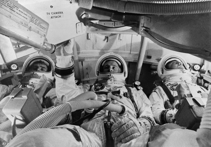1967. január 19. Chaffee (balra), White (középen) és Grissom (jobbra) a parancsnoki modulban gyakorlatoznak, egy héttel a végzetes tűzeset előtt.