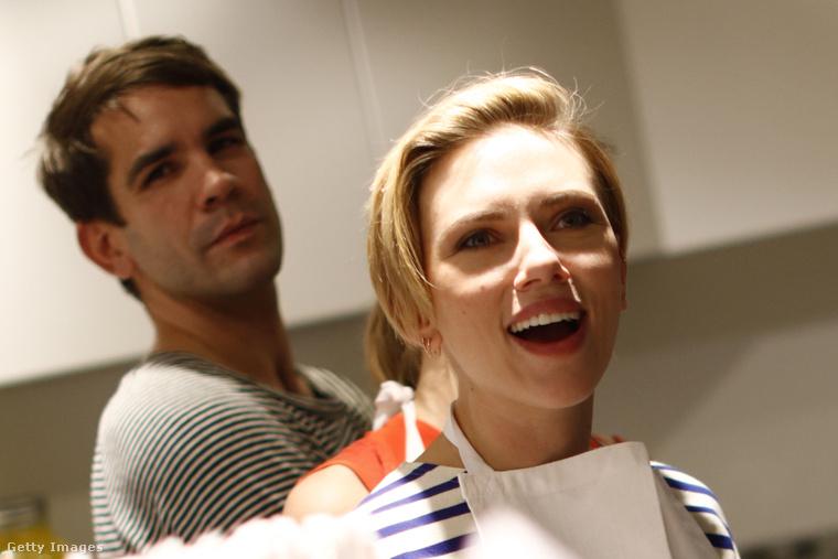 Scarlett Johansson, mögötte Romain Dauriac, a közös popcornboltjuk megnyitóján.