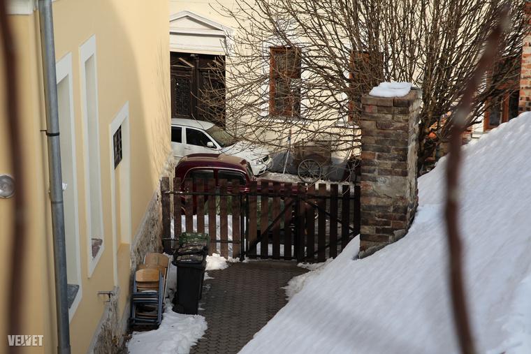 Egy idős hölgy azért élvezi legjobban a forgatást, mert így végre feltörték az utcákon álló jeget, és lehet közlekedni