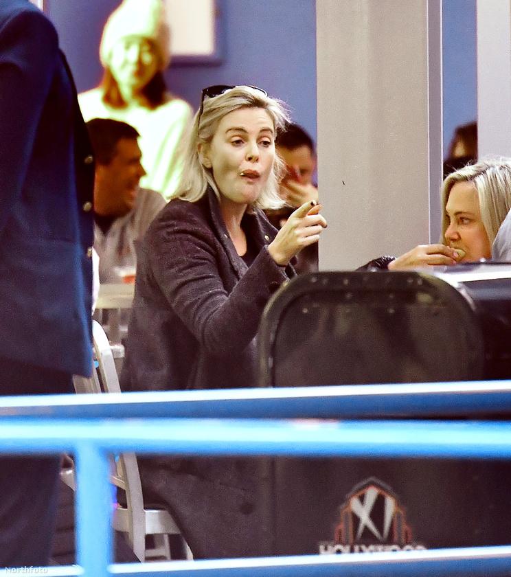 Így eszik Charlize Theron.