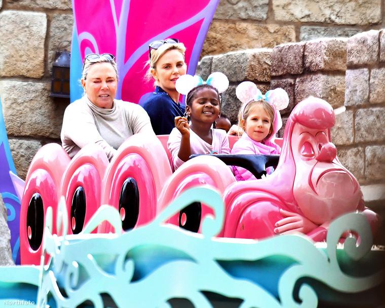 Kipróbáltak egy igazi pink hullámvasutat...