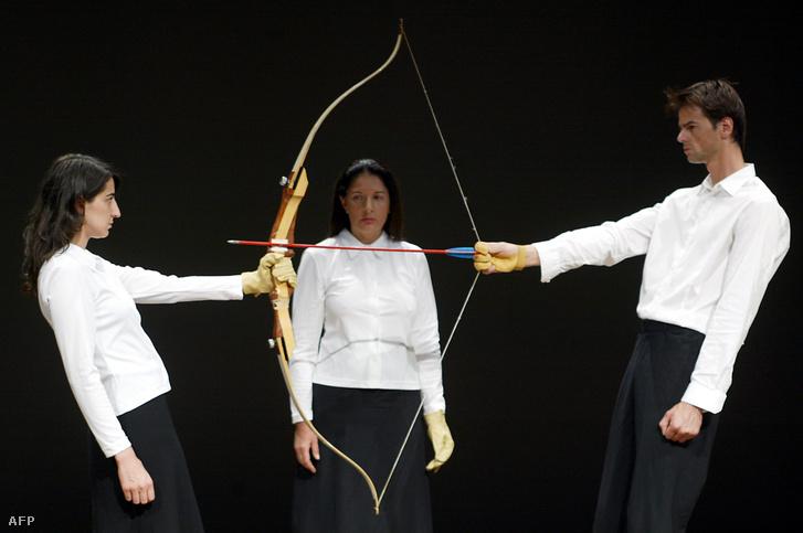 Marina Abramovic nézi, ahogy két művész 2005-ben újrajátssza Ulayjal közös, Nyugvó energia című performanszukat, amelyben a pár két tagja egyensúlyozott egy kifeszített íjjal. Ha bármelyikük elengedte volna, a nyíl Abramovicba fúródott volna