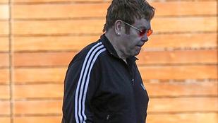 Csak első látásra tűnik úgy, hogy Elton John le van pukkanva