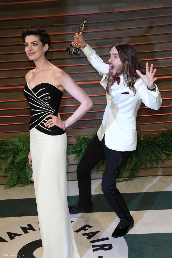 És most következzen a celeb photobombok fekete öves mestere, a 30 Seconds To Mars énekese és számos film főszereplője,Jared Leto!Itt éppen Anne Hathaway fényképét rontja el