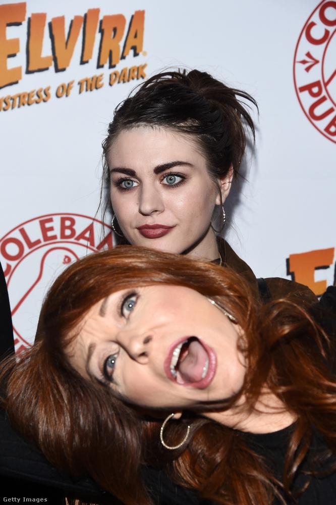 Courtney Love és Kurt Cobain lánya, Frances Bean Cobain sem úszta meg fotóbomb nélkül: Cassandra Peterson hajolt bele a 25 éves modell fotózásába