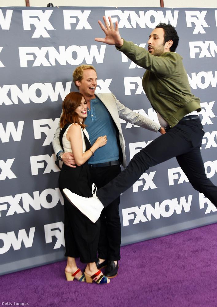 A You're the worst című sorozat főszereplő párja, Aya Cash és Chris Geere próbált egy komoly fotóhoz modellt állni, de az egyik mellékszereplő, Desmin Borges balettmozdulattal akadályozta meg őket ebben