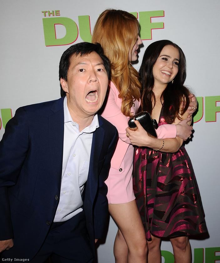 A Másnaposok egyik főszereplője, Ken Jeong két színésznő, Bella Thorne és Mae Whitman ölelkezős fotóját dobta fel egy emlékezetes belépéssel.
