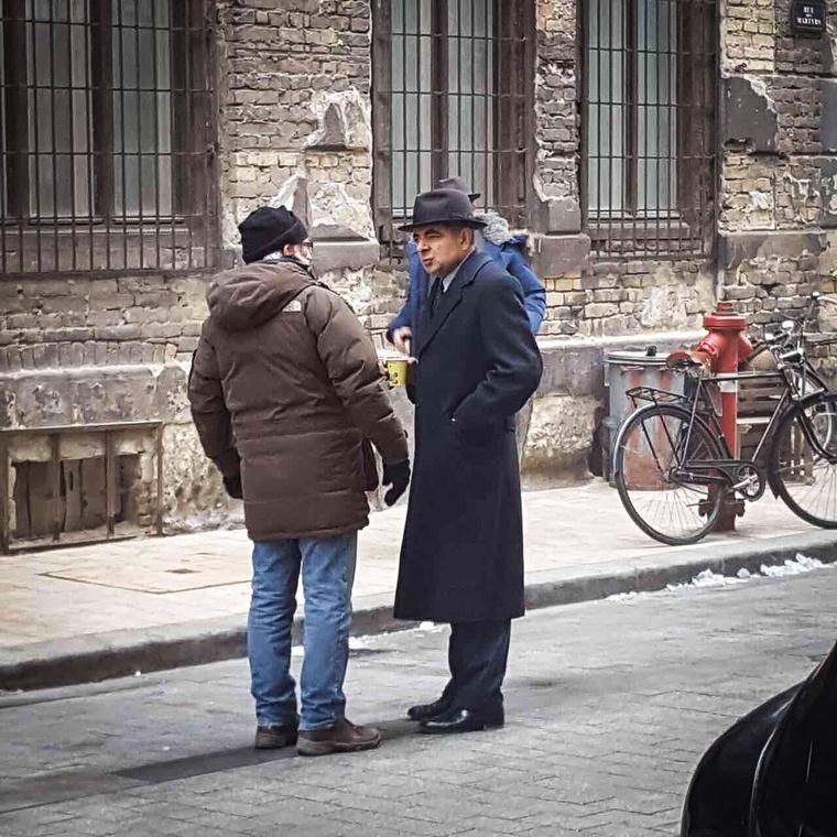 A 61 éves színész a Maigret című sorozat részeit forgatja Magyarországon.