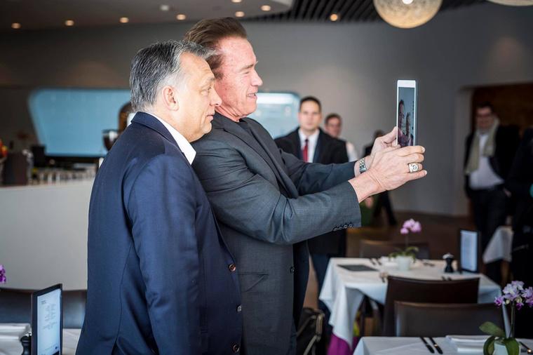 Vezetők találkozása: az egyik Orbán Viktor, a másik a Terminátor