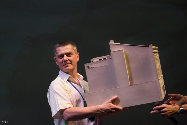 Szabó György a Trafó makettjével