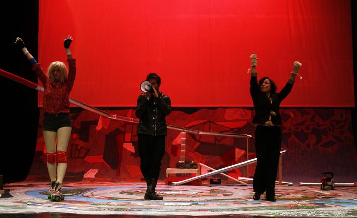 Középen Boross Martin a Stereo Akt We Hear You című előadásában