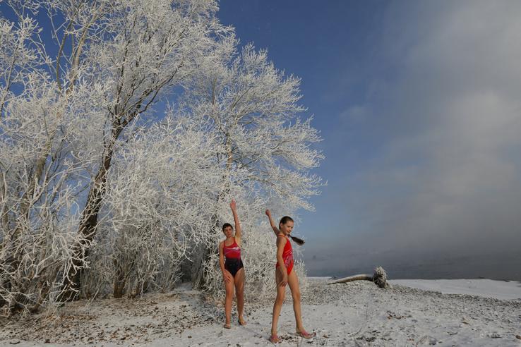 """Natalia korábbi világbajnok jeges úszásban, kétéves kora óta úszik jéghideg folyóban, itt pedig 9 éves lányával melegít már. """"Először fázom, aztán úrrá leszek rajta"""" - mondta el kristálytiszta taktikájáról a Reutersnek. A barátai szerint viszont amit csinál, az egy nagy baromság. A helyi téli úszóklub  egyébként elég jól mehet, több száz tagja van, Krasznojarszk egyik nevezetessége."""