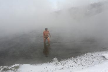 A 77 éves Boharov akkor kapott rá a jeges fürdőzésre, amikor még Németországban állomásozott a szovjet sereggel. Aztán amikor hazaküldték, vágott egy lyukat a jeges Jenyiszejbe, aztán jól belemerült. Saját bevallása szerint kicsit se fázott soha, elég sokáig el tud lenni a vízben, aztán amikor kijön, akkor annyira bizsereg a bőre, mintha épp repülne.