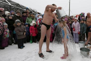 Ha ezt egy kutyával csinálná Magyarországon, lecsukhatnák. Ez nem egy szibériai Falus Ferenc-ezés, hanem Grigorij Broverman az első képen szereplő, hatéves Liza lányából akar jó klubtagot faragni a jegesmedvék napján. Ez egyébként a helyi állatkert előtt tartott flashmobon történt, és csak mínusz öt fokban mókázik a téli úszóklub. A többi gyerek nagyon élvezi az egészet, a legfelkészültebb még játékásót is hozott, ha valakivel valami esetleg történne.