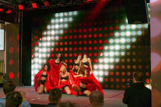 A táncoslányok is ott lesznek