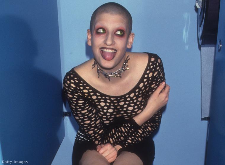 Ő Jenny Talia. Az igazi neve Jenny Dembrow, a beceneve a genitalia, azaz nemi szerv szóval azonos hangzású. Itt a Limelight klotyójában modellkedik éppen 1994-ben.