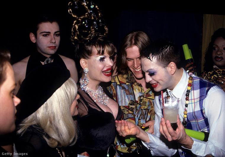 Na ki mutogatja a dekoltázsát Michael Alignak ezen az 1993-as képen? Természetesen Amanda Lepore.