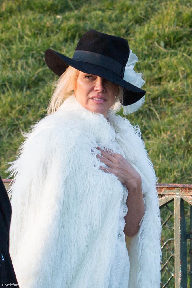 Pamela Anderson január 27-én megtekintette a Sacre Coeur-t a párizsi Montmartre-on