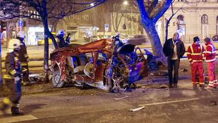 Kettészakadt az autó, amelyik a Déli pályaudvarnál csapódott egy fának