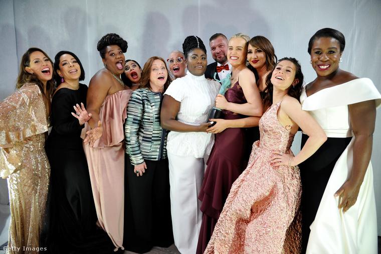 Orange Is the New Black                         A lányklub a színfalak mögött vidáman pózolt - nem csoda, komédia kategóriában nyertek csapatostul.