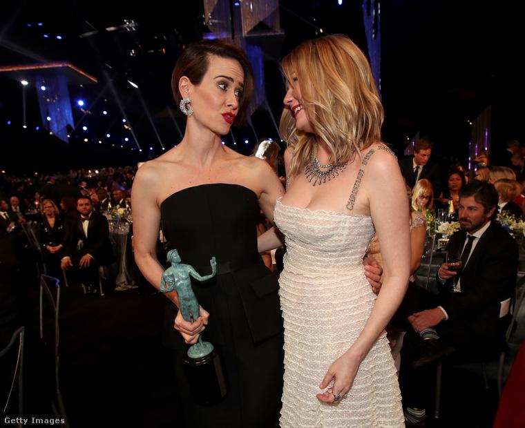Ugyanebben a kategóriában a női győztes                         Sarah Paulsonlett, aki Kirsten Dunsttal ölelkezik képünkön.