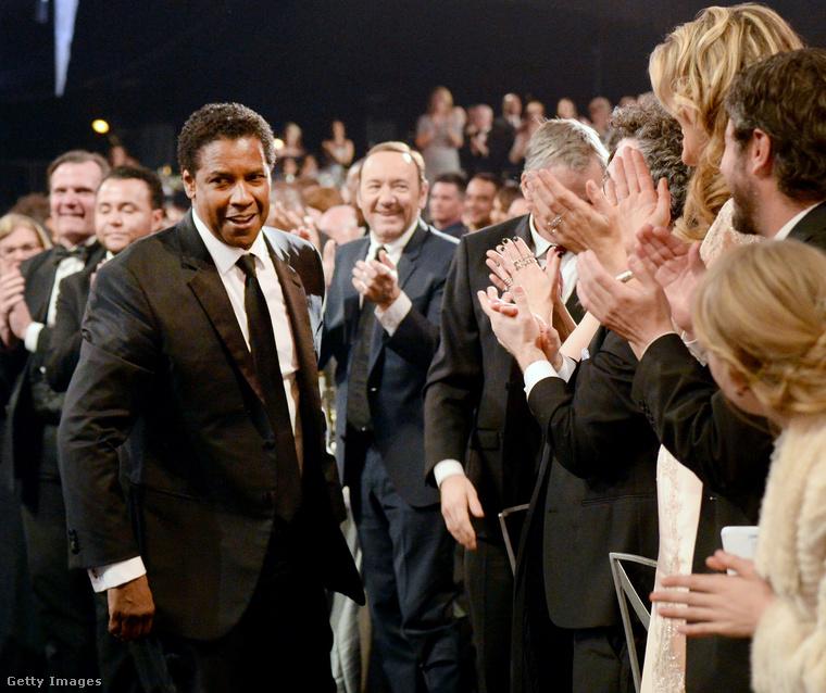 Denzel Washington                         Kiemelkedő teljesítményéért díjazták, mint legjobb férfi főszereplő - a Fencesben nyújtott alakításáért.