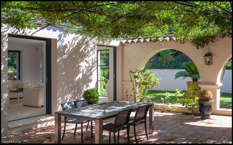 George Michael nem csak a házban, hanem a szabad levegőn is tudott vendégeket fogadni: a belső kert tökéletesen alkalmas akár nagyszabású partik rendezésére is