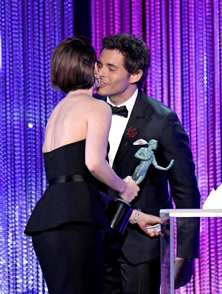 Sarah Paulsonnak a díj mellé adott puszit Marsden.