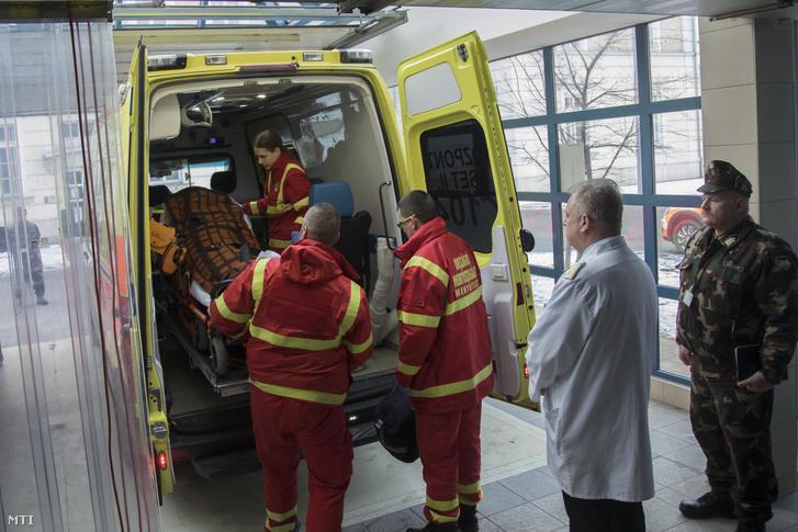 A Zrínyi Katonai Filmstúdió által közreadott képen a veronai buszkatasztrófa negyedik súlyos sérültjét hozza mentő a budapesti Honvédkórházba 2017. január 23-án.