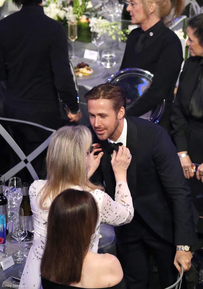 Ryan Gosling nyakkendőjét Meryl Streep igazgatja ilyen kedvesen.