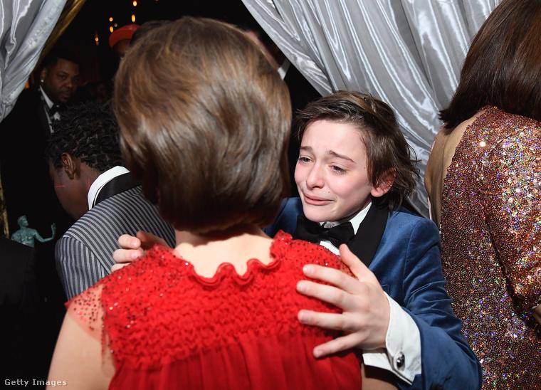 De a divat mellett van még valami fontos ezen a díjátadón: a szeretet!A Stranger Things stábja kollektív elismerést kapott, ennek örömére Millie Bobby Brown nyakába ugrik a majdnem síró Noah Schnapp.