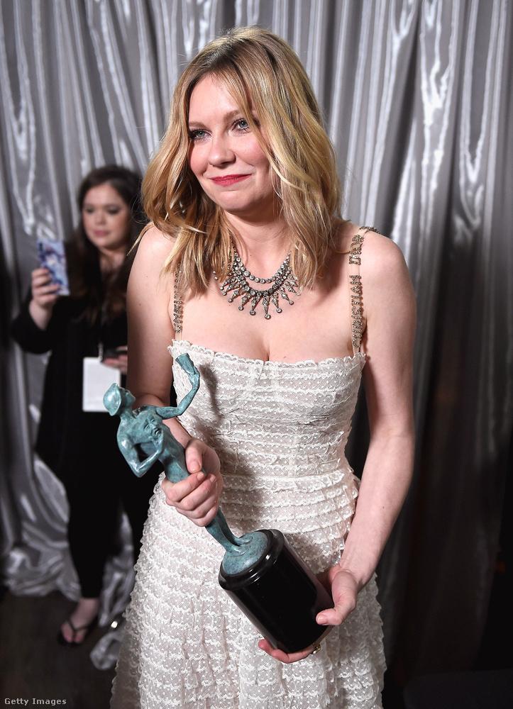 Ugyanebben a filmben szerepel a szépséges Kirsten Dunst is, aki itt csak szeretne valahogy átmenni a tömegen a díjával