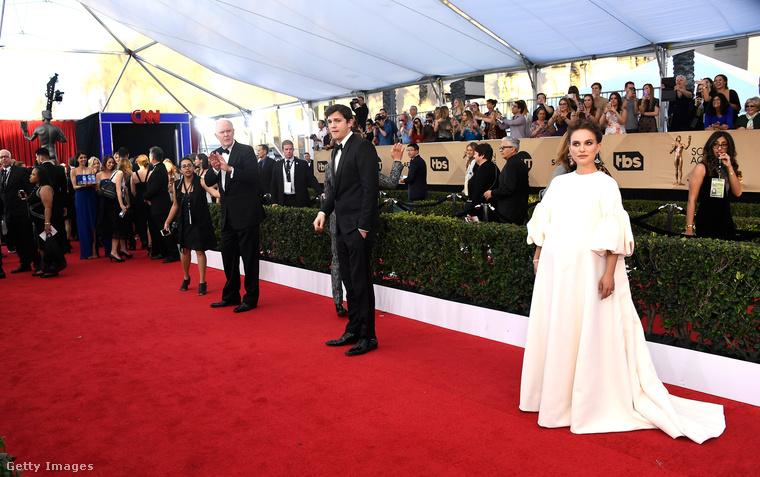 Ahogy minden jelesebb eseményről, a SAG Awardsról is összegyűjtöttünk néhány képet, amelyen kicsit több minden történik, mint hogy egy szép ruhás ember szépen néz, vagy díjnak örül.Itt éppen John Lithgow és Ashton Kutcher csodálkoznak rá Natalie Portmanre, aki, mint nyilván tudják, gyereket vár