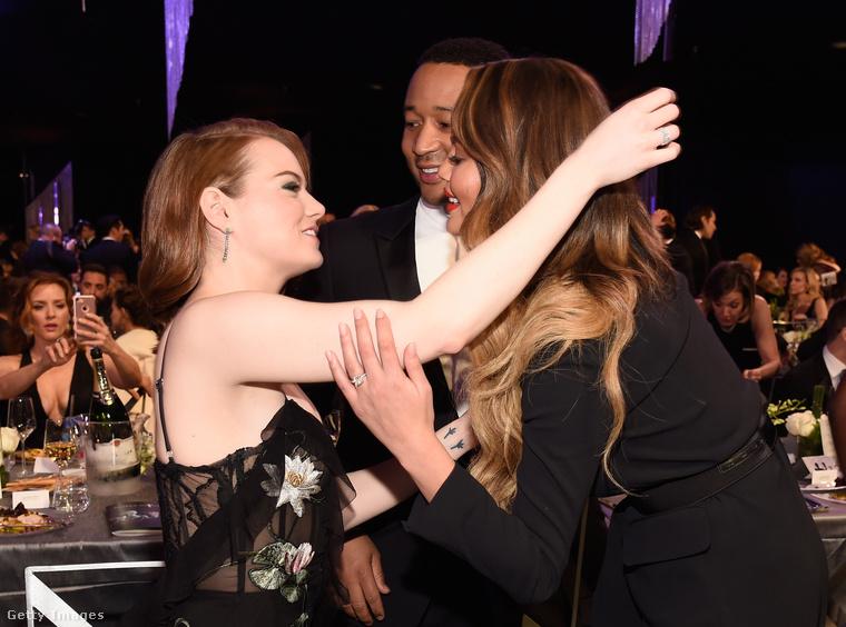 Asztaltársai, Chrissy Teigen modell és John Legend színész is gratuláltak neki - a Kaliforniai álom című filmben Legend is játszik egy kisebb szerepet.