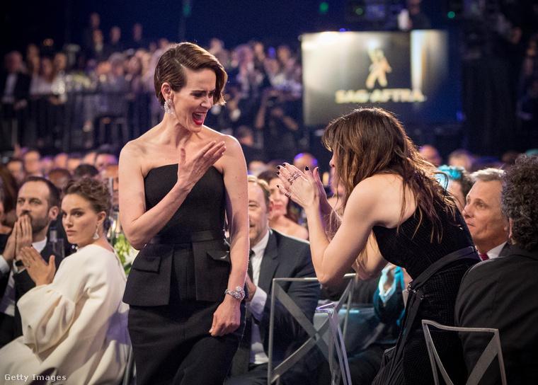 Itt Sarah Paulson vonul a legjobb tévés színésznőnek járó díjért, és milyen vagányul! Figyelmes szemlélők felfedezhetik az éppen gratuláló Kethryn Hahn mögött gubbasztó Viggo Mortensent, a kicsit unott Natalie Portmant, illetve ugyancsak a háttérben Kevin Spaceyt.