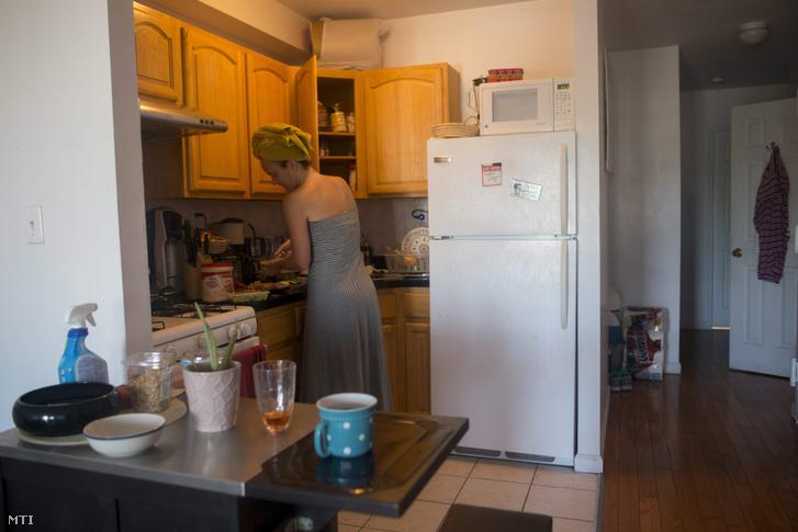 Amerikában élő magyar készíti reggelijét queensi albérletében