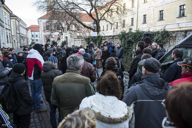 Ferenczi Gábor, Devecser polgármestere beszédet mond a vörösiszap-perben született elsőfokú ítélet miatt rendezett demonstráción 2016. február 4-én