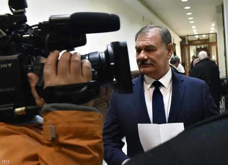 Hiszékeny Dezső MSZP-s országgyűlési képviselő az ellene vezető beosztású személy által elkövetett hivatali vesztegetés bűntette és más bűncselekmény miatt indított büntetőper tárgyalása előtt a Fővárosi Ítélőtábla folyosóján 2017. január 9-én.