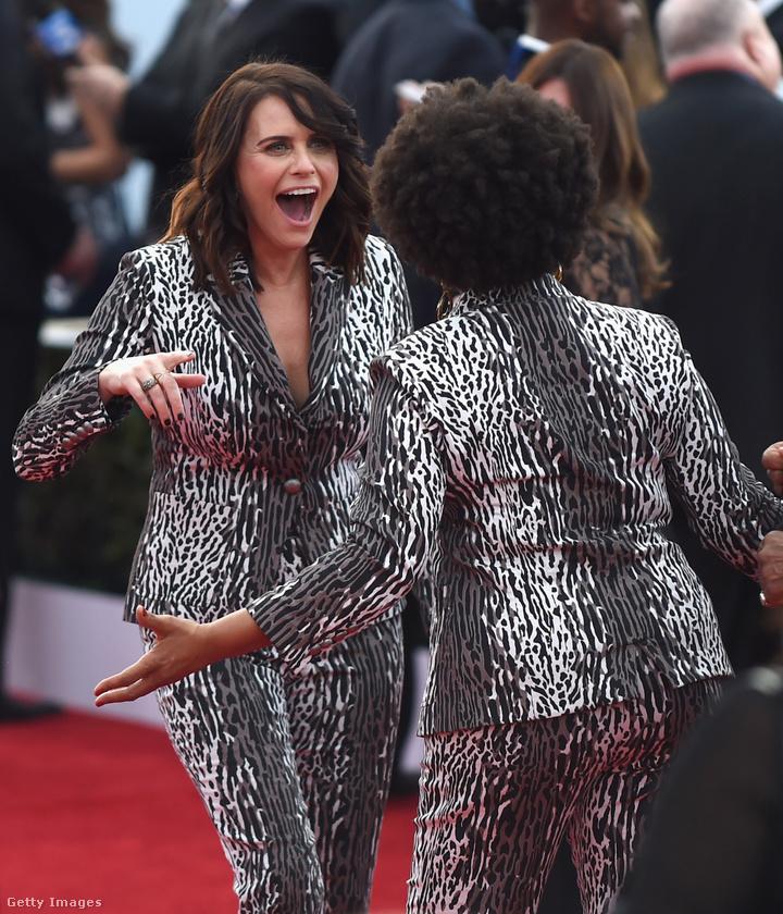 Amy Landecker a Transparent című sorozatból azért van ennyire meglepve, mert Jenifer Lewis színésznő ugyanolyan kosztümben van, mint ő.